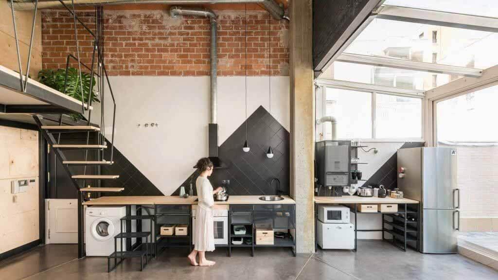 CumuloLimbo вставляет облицованный фанерой чердак в UpHouse в Мадриде