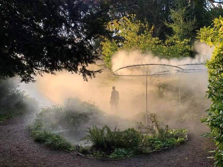 Мистическая инсталляция на Цюрихской биеннале дизайна 2021 года вторгается в старый ботанический сад города, любезно предоставлено AUTHOS