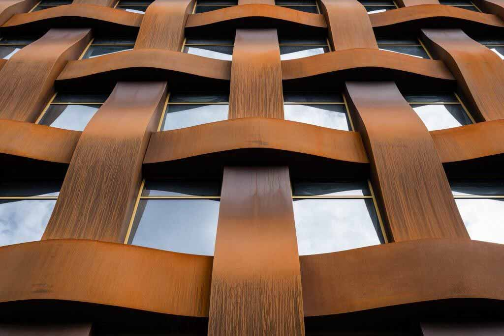 Сергей Чобан использует кортеновскую сталь для создания огромного фасада из плетеной корзины.