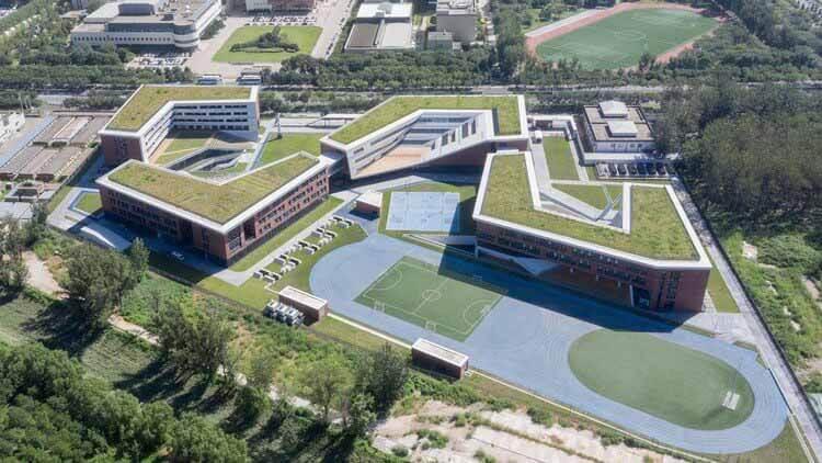 Школа аэрокосмического города RDFZ / BIAD, вид с воздуха.  Изображение © Чжи Ся