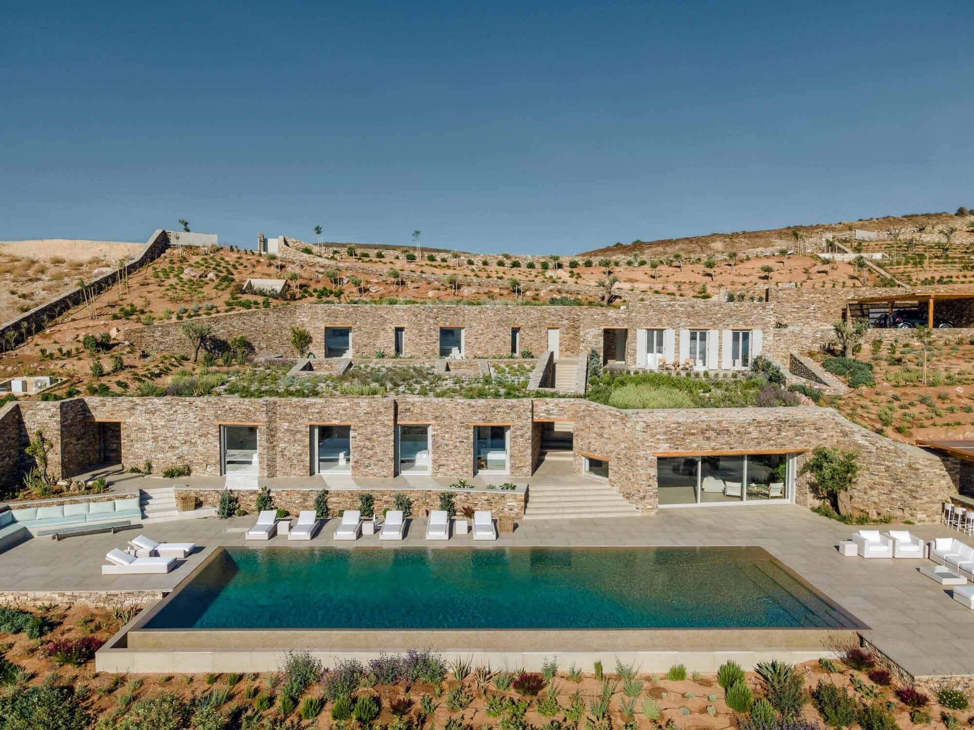 Каменная вилла с заклепками / Tsolakis Architects