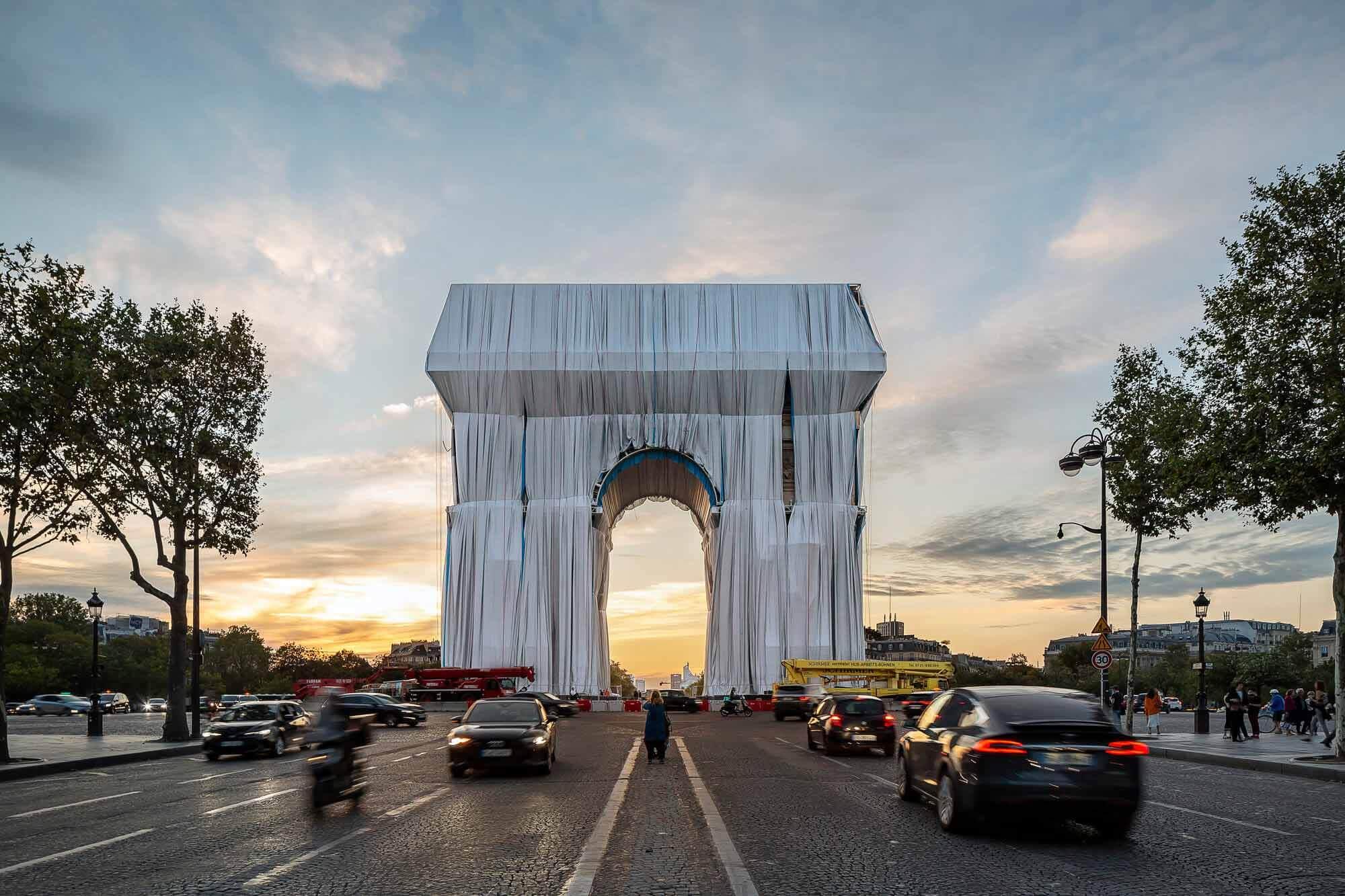 Первые изображения открывают триумфальную арку Христо в Париже
