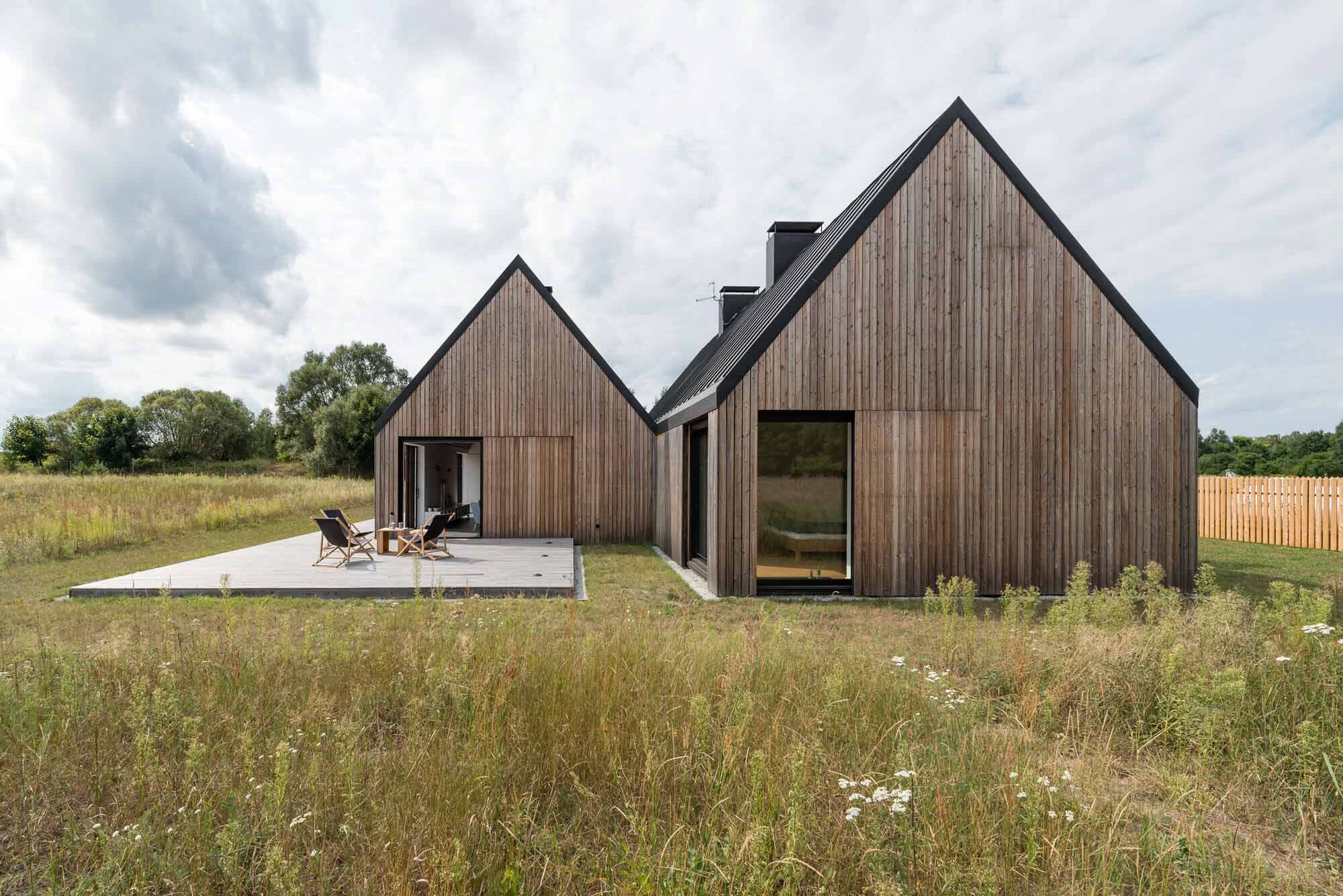 Деревянный дом на лугу / Ultra Architects