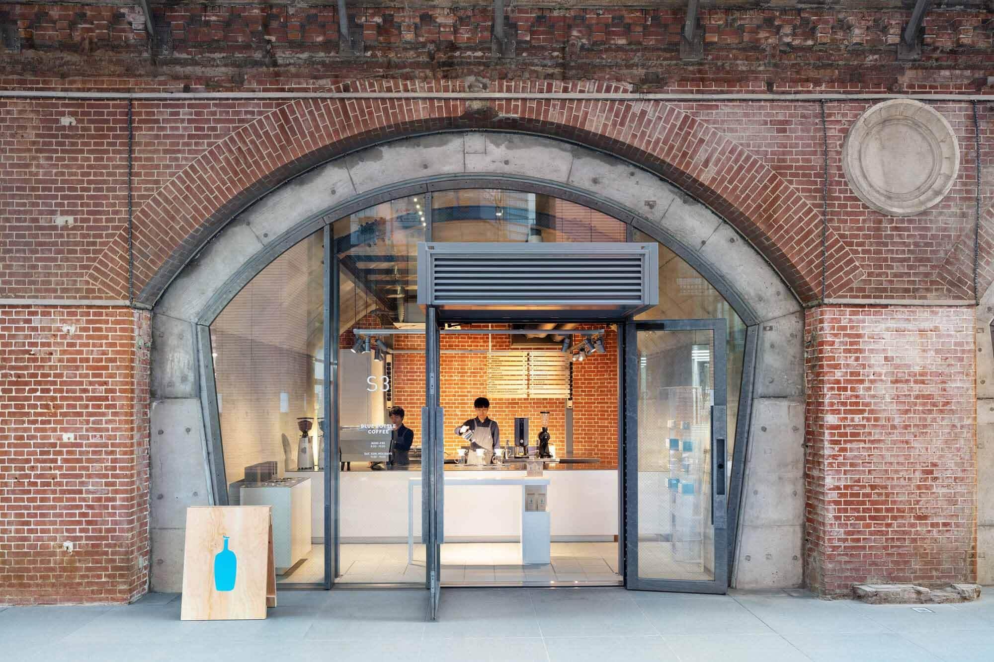 Кофе в голубой бутылке Kanda Manseibashi Cafe / Schemata Architects