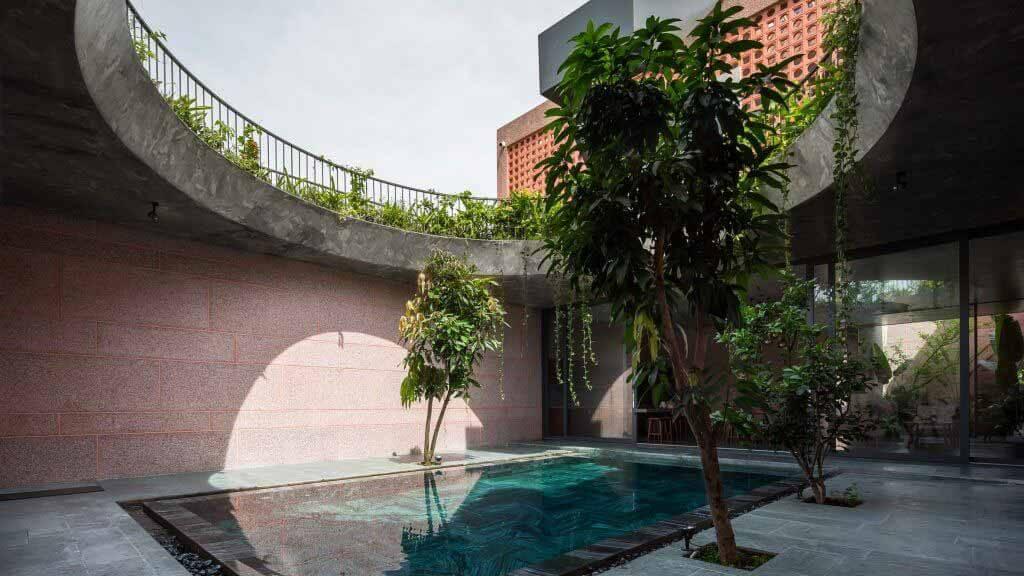 23o5studio завершает строительство текстурированного Pink House во Вьетнаме