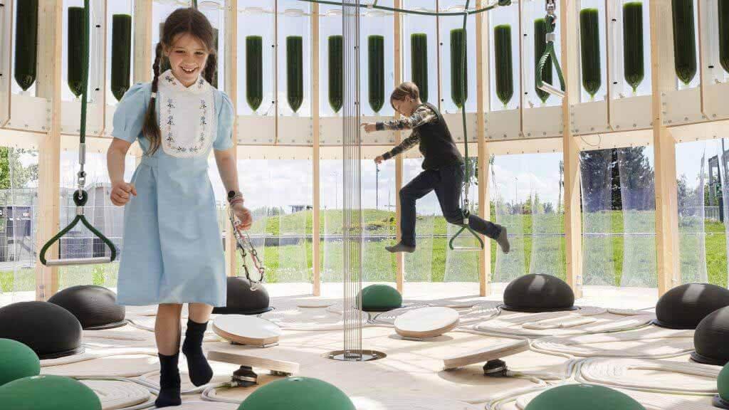 AirBubble от EcoLogicStudio, наполненный водорослями, очищает воздух, пока дети играют