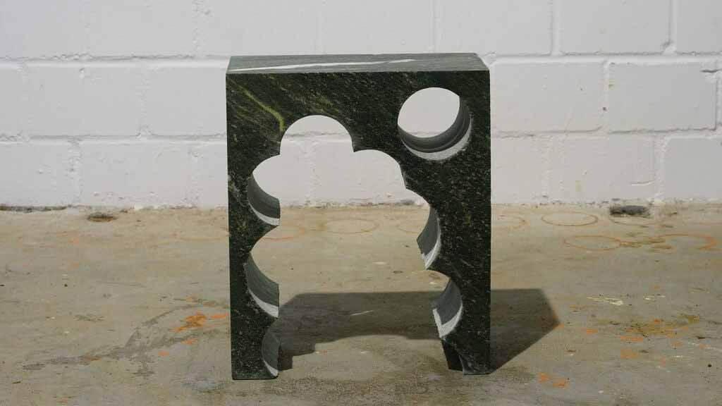 Анима Она переделала надгробие из лома для скульптурных приставных столиков