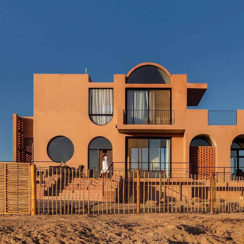 Бетон цвета земли покрывает Casa Calafia в Мексике от RED Arquitectos