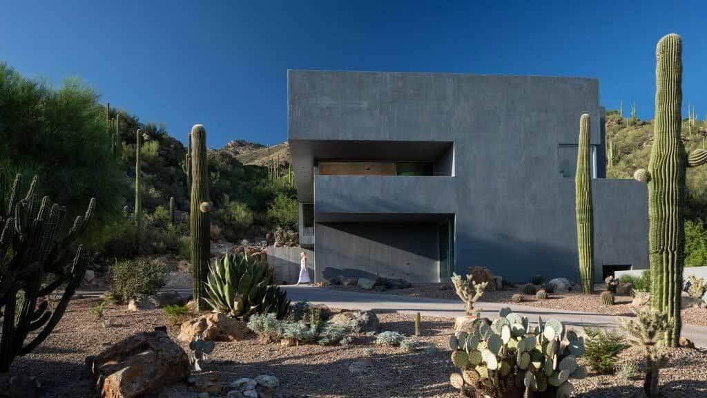 Бетонный дом от HK Associates с видом на пустыню Аризоны