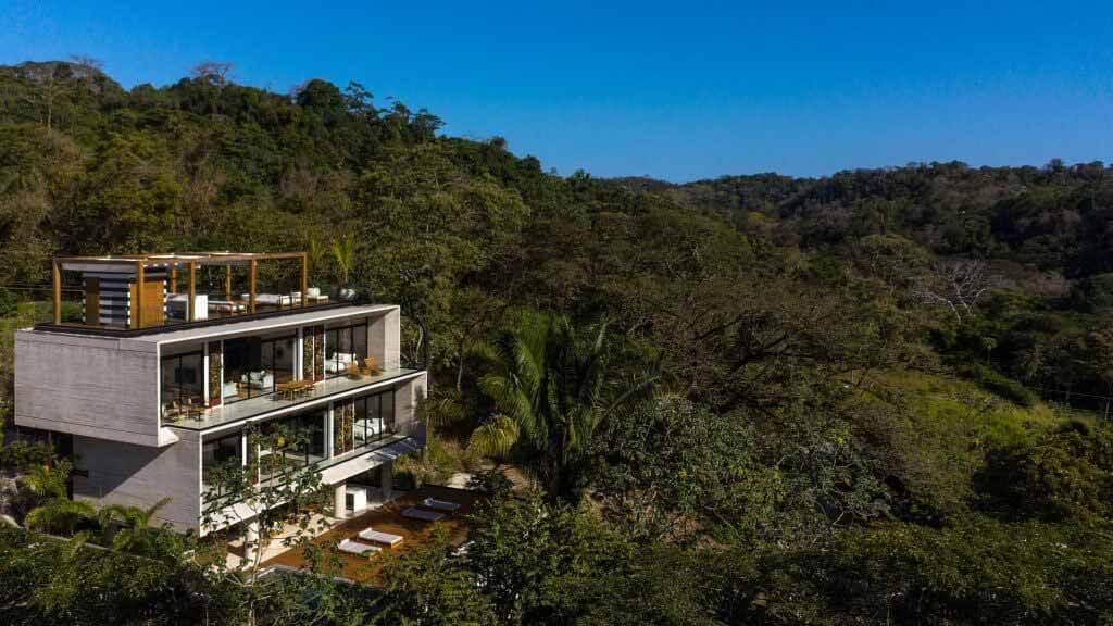 Бетонный курорт Гуарумо в Коста-Рике окружает тропическая растительность