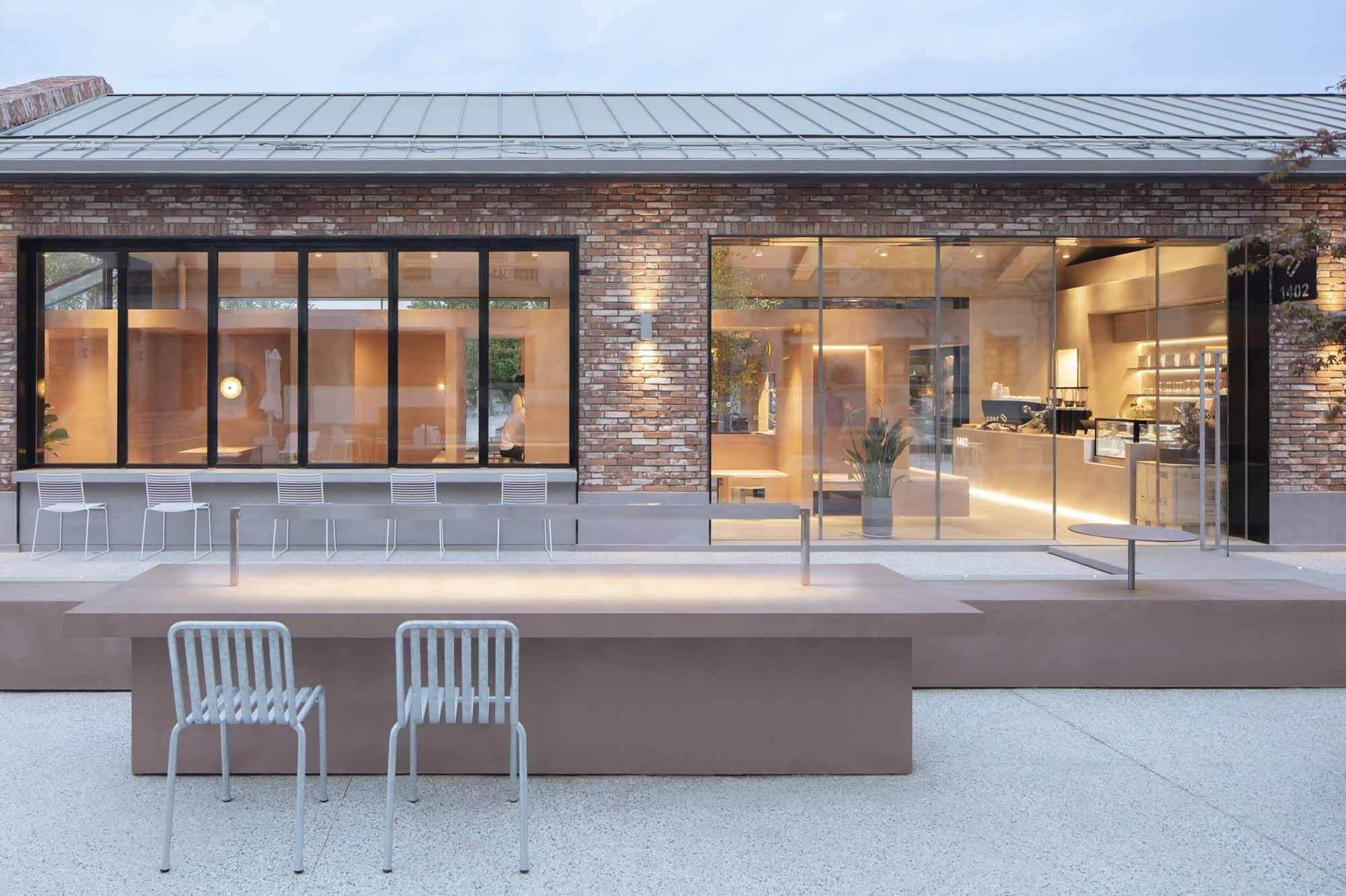 BLUE Architecture добавила прямоугольное кафе в здание из красного кирпича в Китае