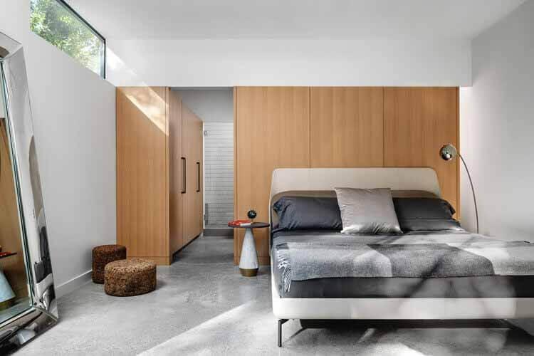 Больше, чем просто гардероб: 15 примеров гардеробных, E2211 House / RAVEL Architecture.  Фото: © Чейз Дэниел