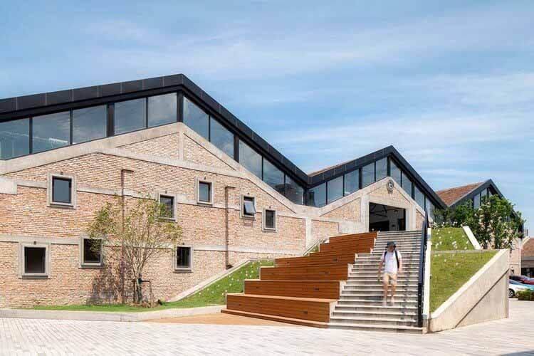 Центр творческой индустрии Jiuli Workspace / Architect + Architectural Design Studio, после ремонта_высокая лестница.  Изображение © Чжунжуй Шао