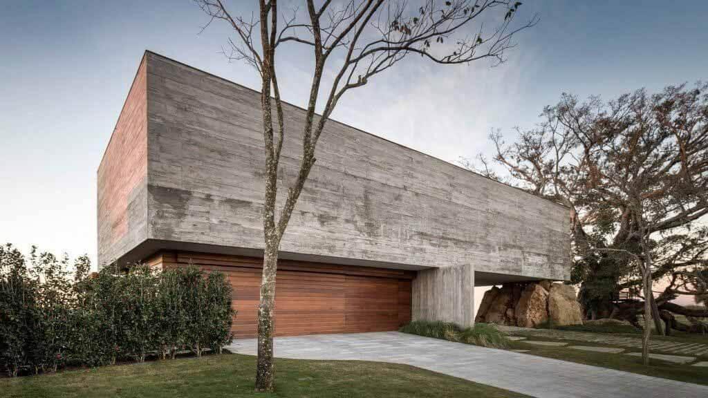 Фиговый дом Стеммера Родригеса поддерживается скалой