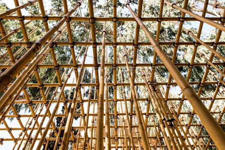 Гибридная архитектура: сочетая цифровой дизайн и народные промыслы, студенты строят бамбуковый павильон, подвешенный на веревках и 3D-печатных соединениях.  © Ифат Зайлер