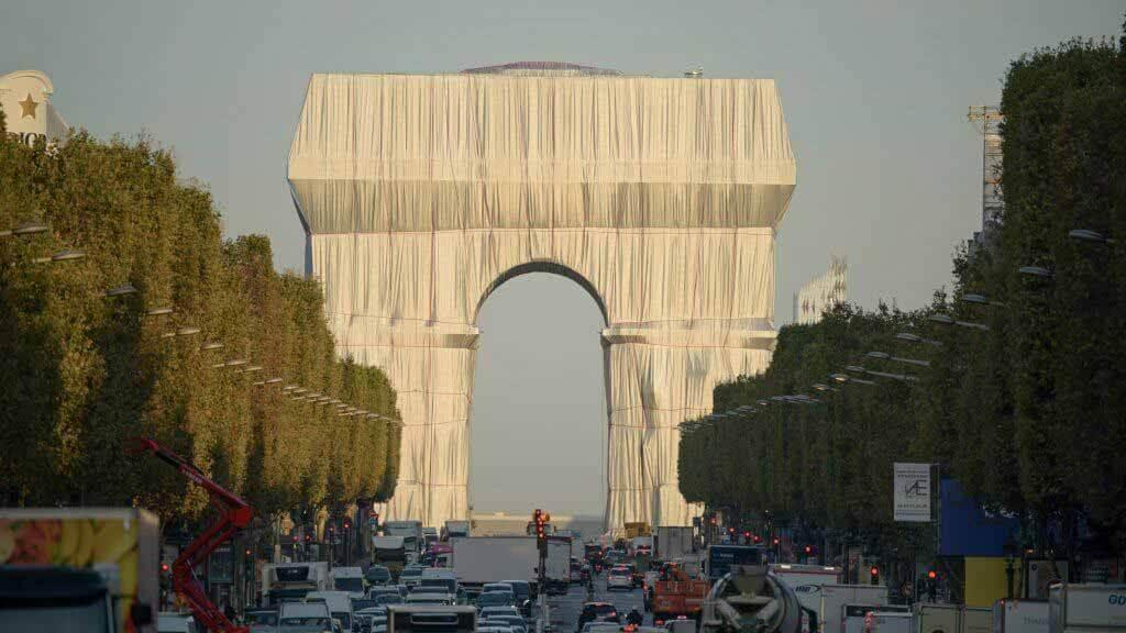 Инсталляция Христо и Жанны-Клод Триумфальная арка близится к завершению