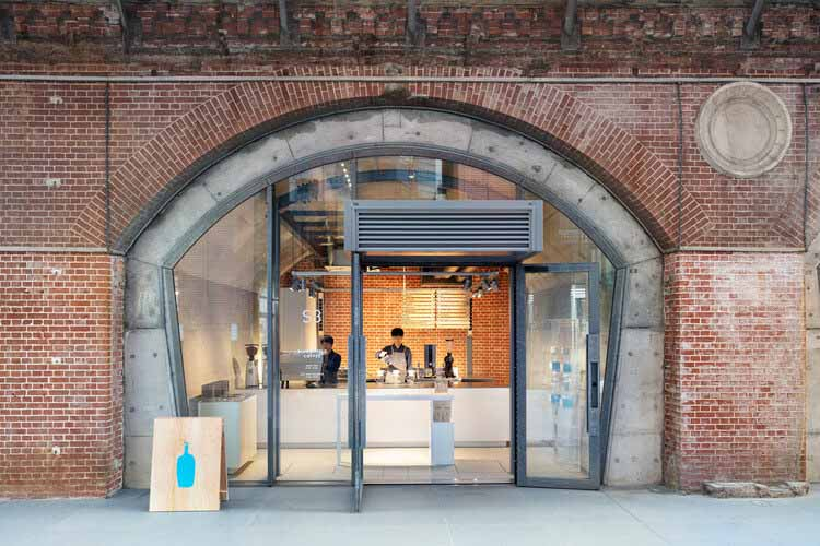 Кофе в голубой бутылке Kanda Manseibashi Cafe / Schemata Architects, © Takumi Ota