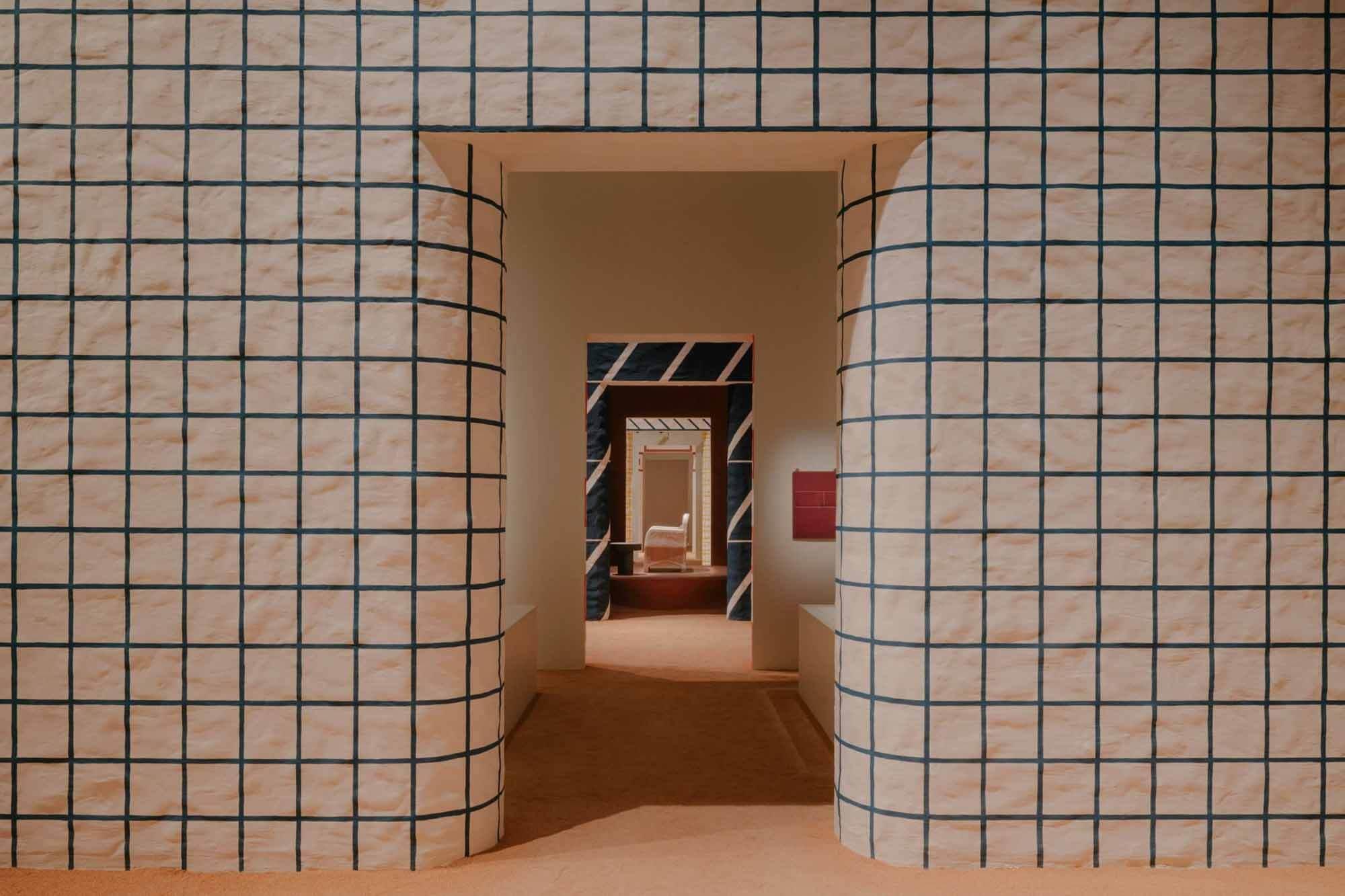 Коллекция мебели Hermès представлена пятью инсталляциями с ярким рисунком.