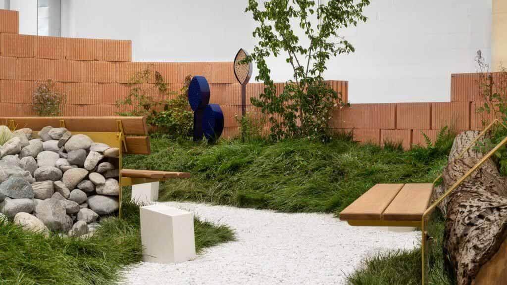 Note Design Studio повторно использует выставочный стенд Vestre для создания инсталляции в закрытом парке