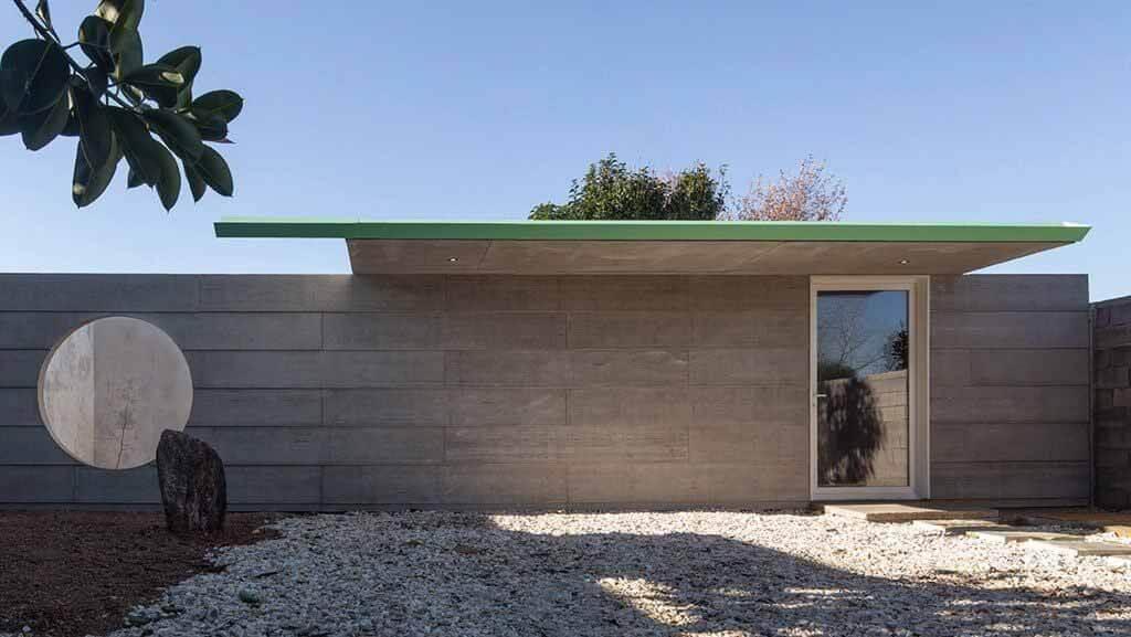 Кабинет психолога и тихий сад за бетонной стеной