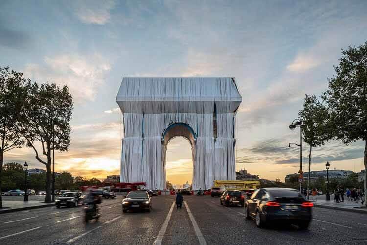 Первые изображения показывают Триумфальную арку Христо в Париже, © Jad Sylla