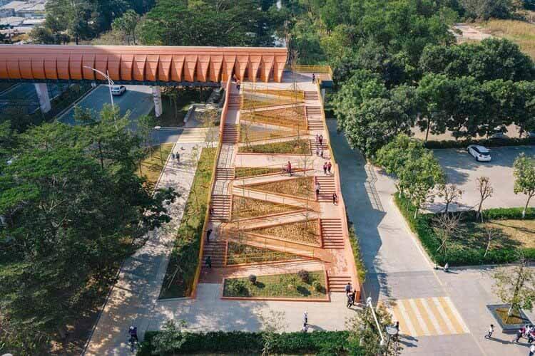 Пешеходный мост экспериментальной начальной школы Чанъань / Студия архитектурного дизайна Чжутао, построенный в конечном итоге северный склон, с значительно упрощенными игровыми площадками.  Изображение © Оливер Луо