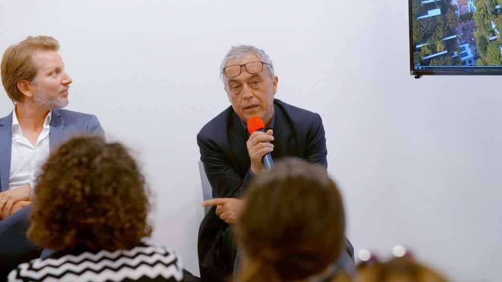 Посмотрите, как Стефано Боери обсуждает создание городов в симбиозе с природой