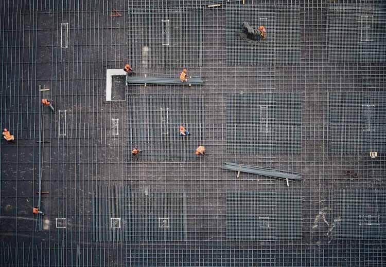 Производственная цепочка архитектуры: причины выбора местных строительных материалов, фотография строительной площадки, сделанная из более высокого здания.  Изображение © Рекламное агентство Хама, Сулеймания, Ирак.
