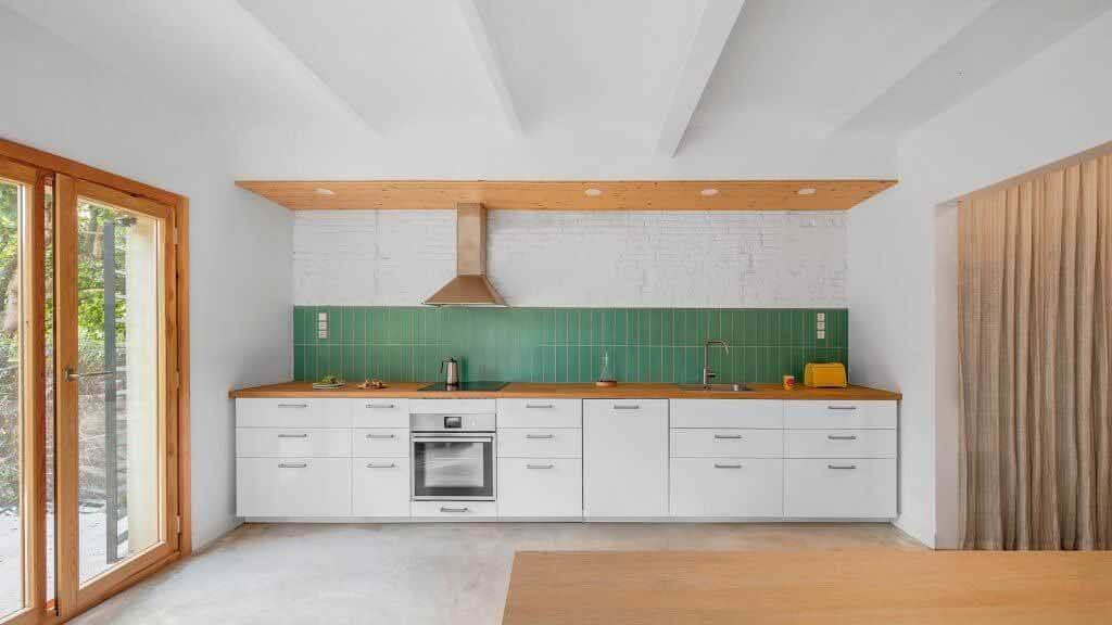 SAU Taller d'Arquitectura обновляет узкий испанский дом