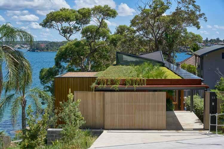 Солнечные панели в жилых проектах: эффективность без ущерба для эстетики, Bundeena Beach House / Grove Architects.  © Фотография Майкла Николсона