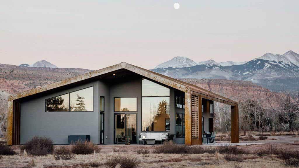 Стальная крыша, защищающая от атмосферных воздействий, укрывает дом в Юте от Studio Upwall Architects