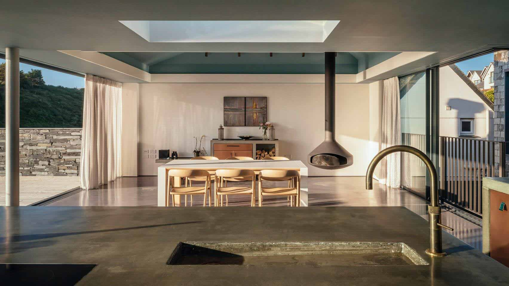 Студия Invisible проектирует облицованный шифером Дом с внутренними дворами на побережье Корнуолла.