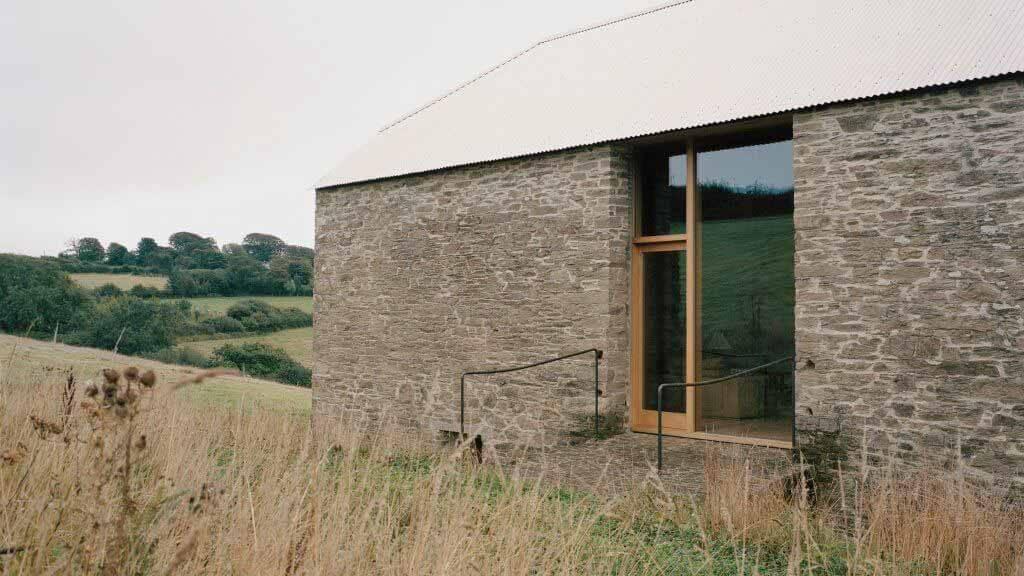 TYPE превращает каменный сарай в дом в английской сельской местности