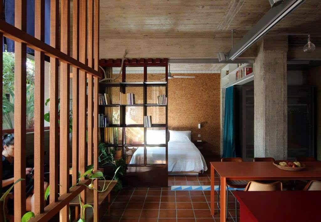 В Point Supreme используется необработанный бетон для украшения «пещерной» квартиры в Афинах.