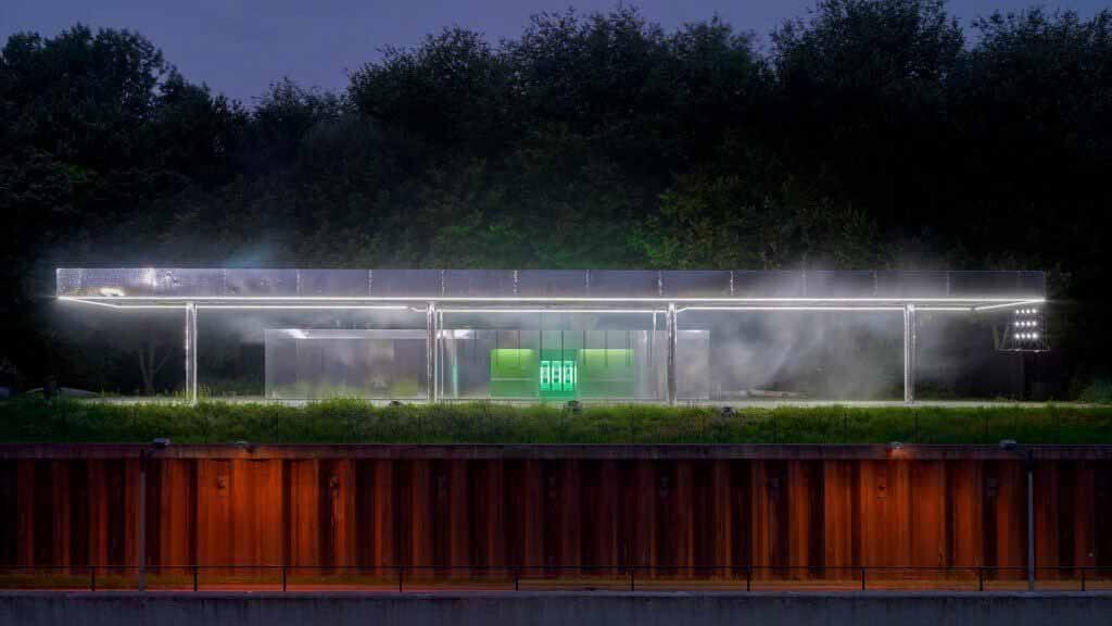 Вандлер создает светоотражающую инсталляцию на заброшенной заправочной станции во время Недели моды в Амстердаме.