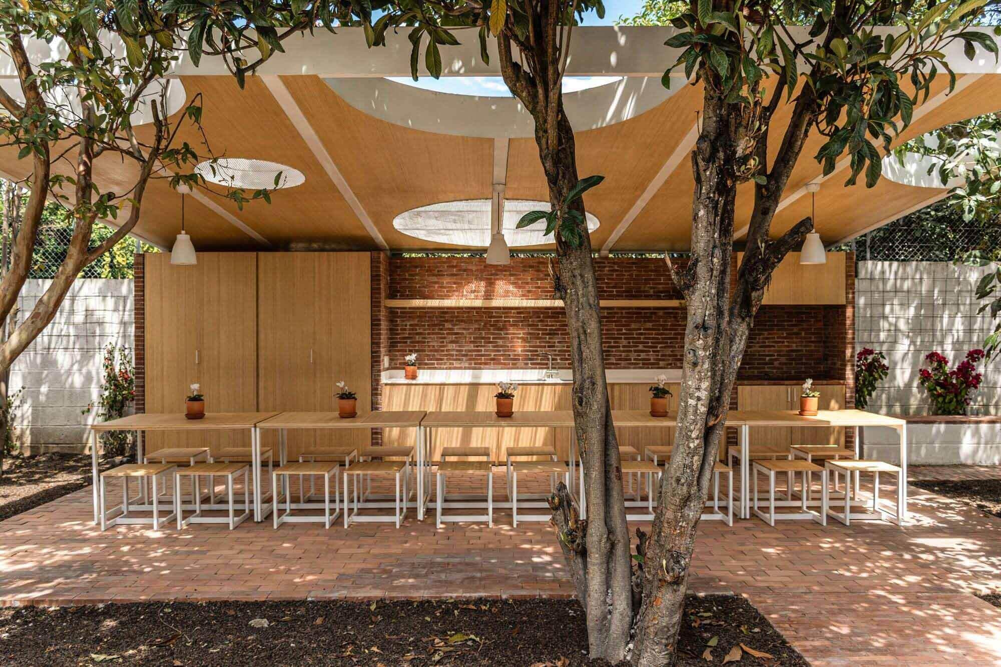 Столовая в саду / URLO Studio