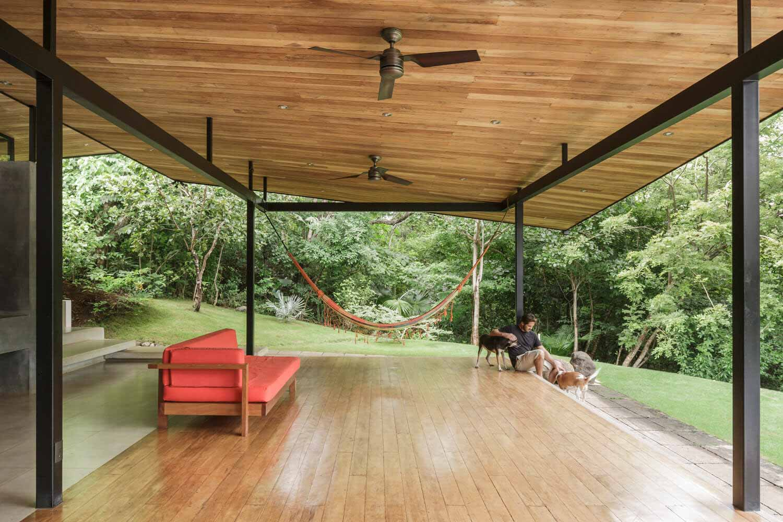 Дома в Коста-Рике: создание укрытия, вентиляции и тени с использованием дерева и металла