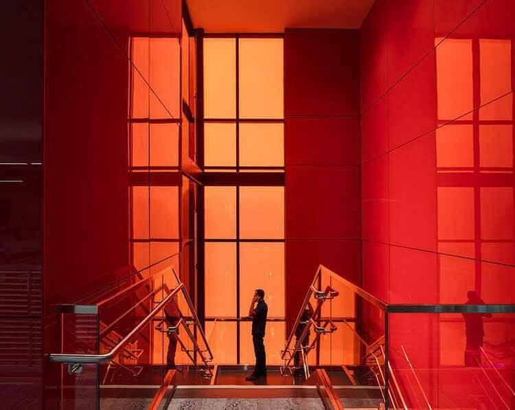6 Проект интерьеров, расширяющих возможности цветного стекла, Школы для глухих и слепых, Солт-Лейк-Сити, США.  Изображение © Jacoby Architects