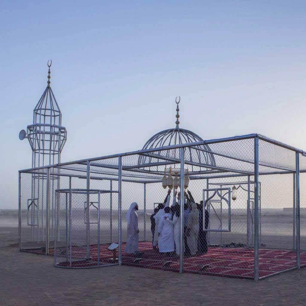 Аджлан Гарем исследует исламофобию с помощью мечети-клетки