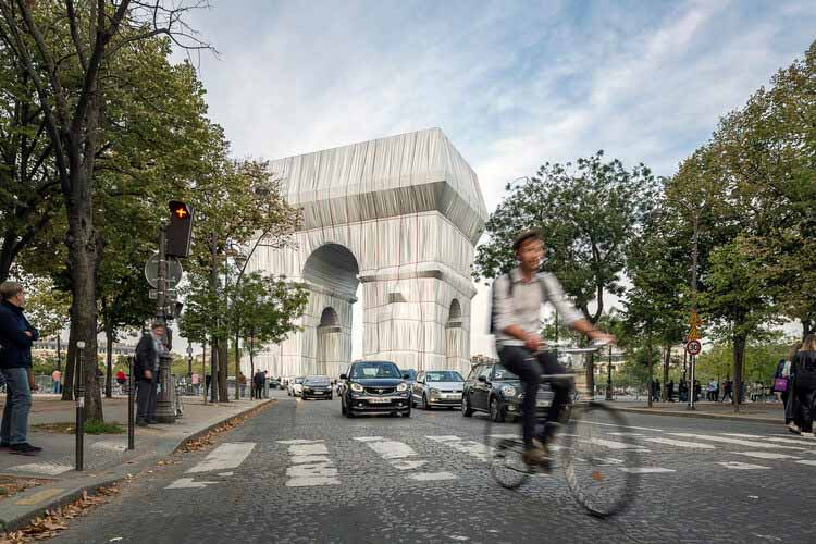 Андреас Руби, директор Швейцарского архитектурного музея, делится своими мыслями о Триумфальной арке Христо, © Jad Sylla