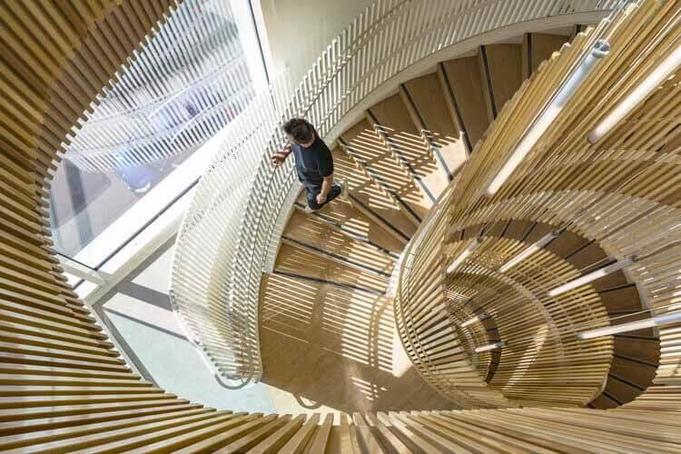 Как включить стальные перила в дизайн, школьный комплекс Rosa Parks / Brénac & Gonzalez & Associés.  Изображение © Серджио Газиа