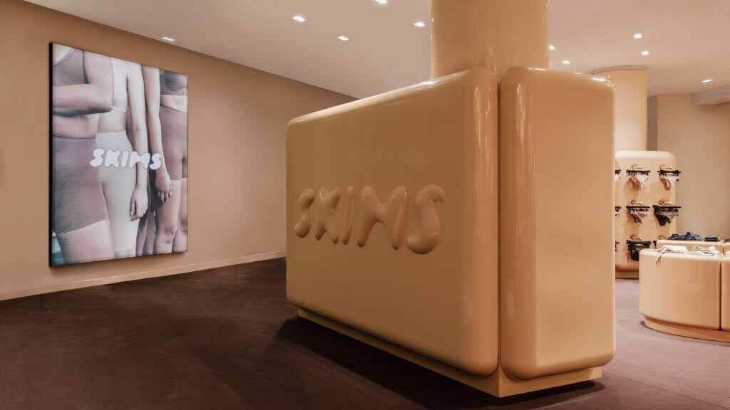 Ким Кардашьян открыла первый pop-up магазин SKIMS в Париже