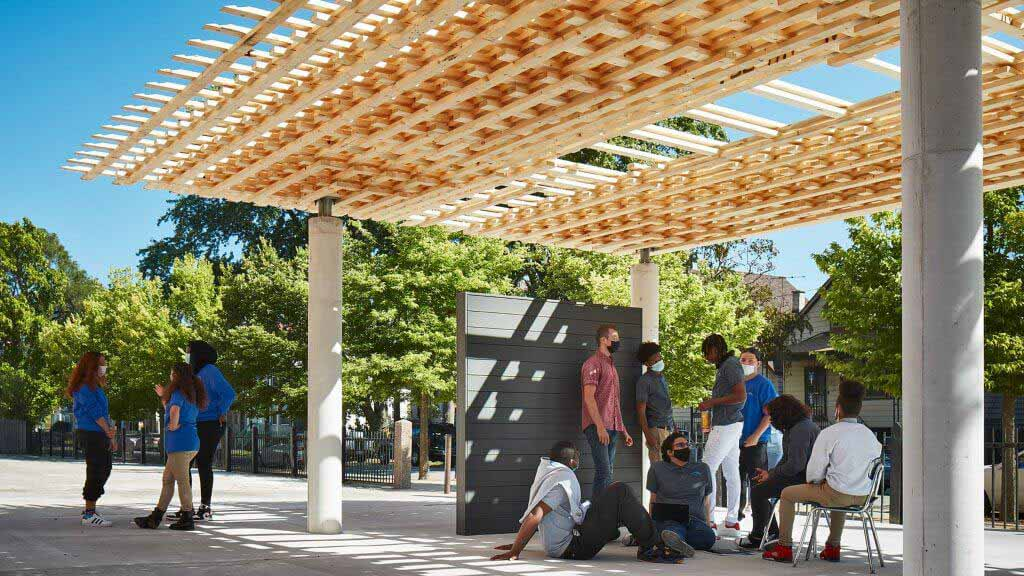 Компания SOM вплетает небольшие кусочки дерева в павильон СПЛАМ на Chicago Biennial