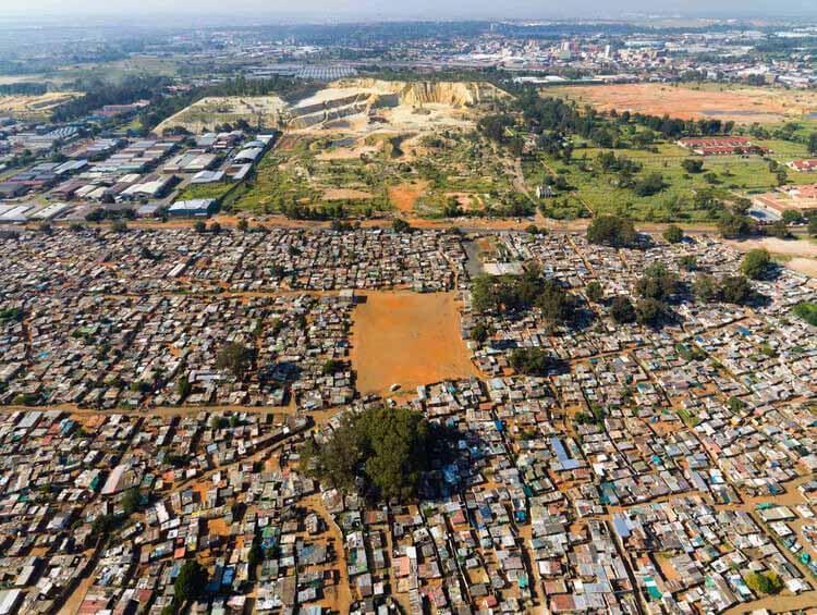 Разрастание городов и города-призраки: влияние добычи полезных ископаемых на города, заброшенный золотой рудник, Йоханнесбург, Южная Африка.  Изображение © Джонни Миллер