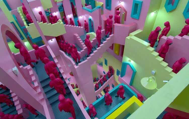 Squid Game: Minimalist Chic and Spaces of Oppression, Коридор, похожий на лабиринт.  Скриншот из сериала.  Предоставлено Netflix