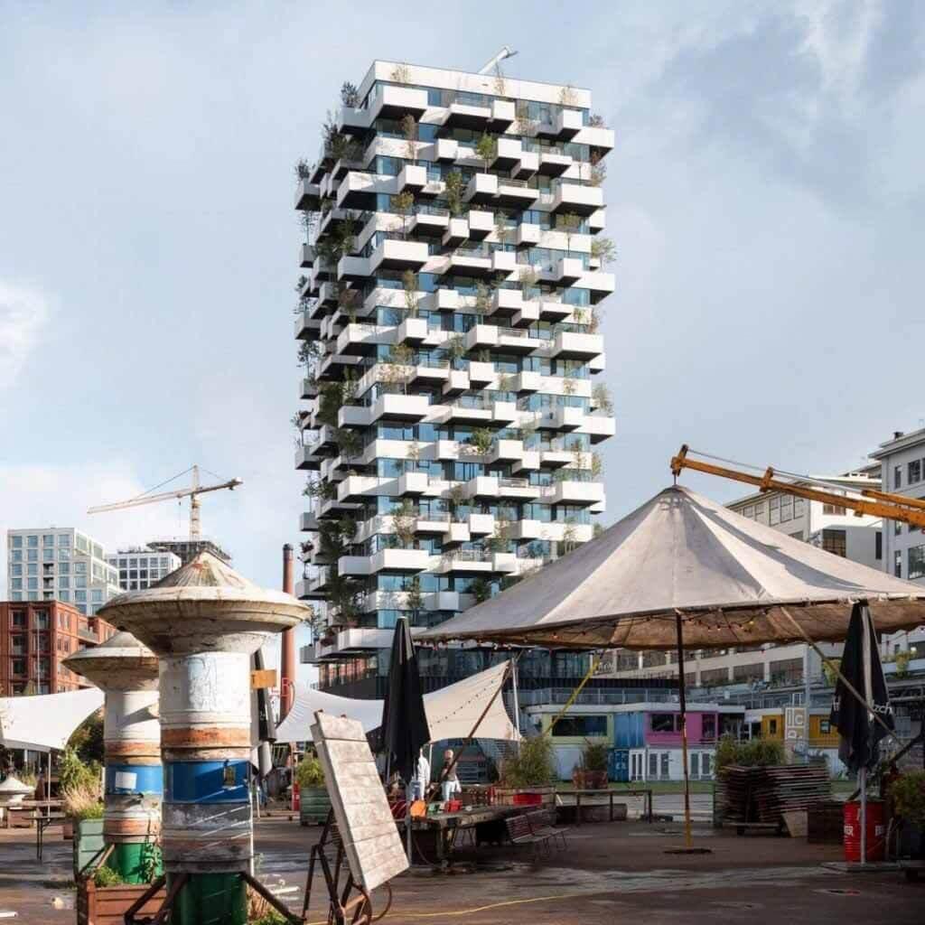 Стефано Боэри покрывает башню социального жилья с 10 000 заводов