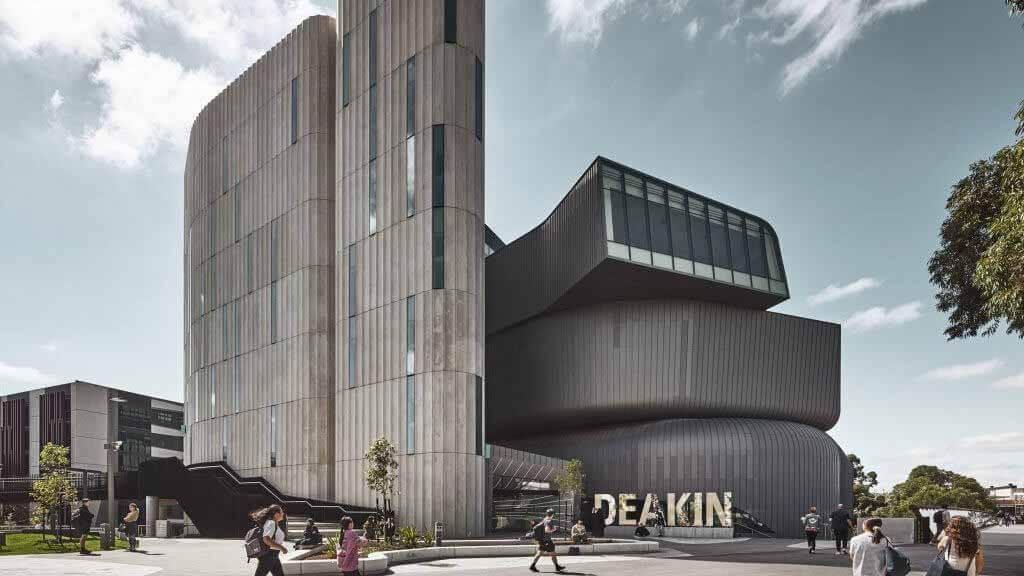 Юридическая школа Дикина отличается цинковой облицовкой и рифлеными бетонными башнями.
