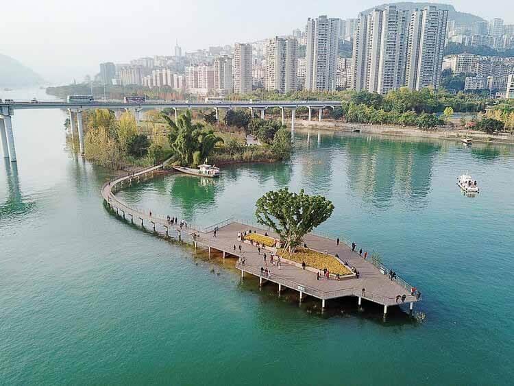 Зеленый коридор на берегу реки Юньян / ATELIER DYJG, Водный сад и смотровая площадка на реке Янцзы.  Изображение © Guodong Sun